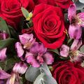 Модный шик: розы и перуанские лилии