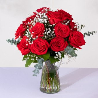 Classic Love: 12 Red Roses