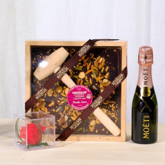 Delicatessen: Caja de Chocolate, Mini Moët Chandon y Rosa Preservada