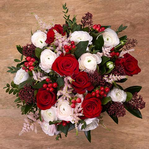 Celebración: rosas rojas y ranúnculos