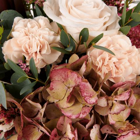 Une Touche Rococo : Hortensia Rose et Œillets Roses