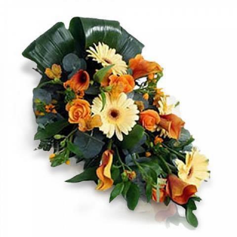 Trauergesteck mit Blumen der Saison